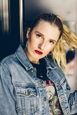 Anna - Glow